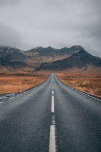 En vei med fjell i bakgrunnen